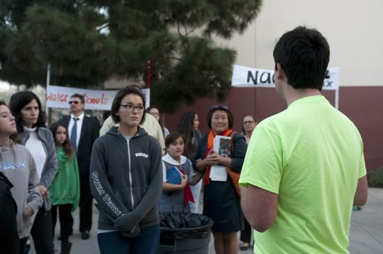 A Link Crew member shows the prospective freshmen around campus.